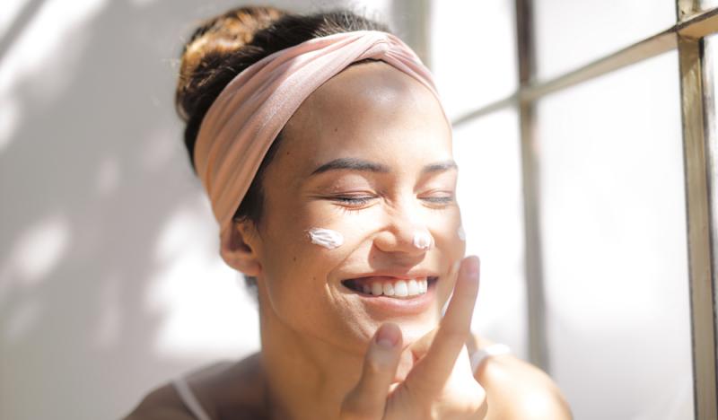 Come curare la pelle problematica in estate
